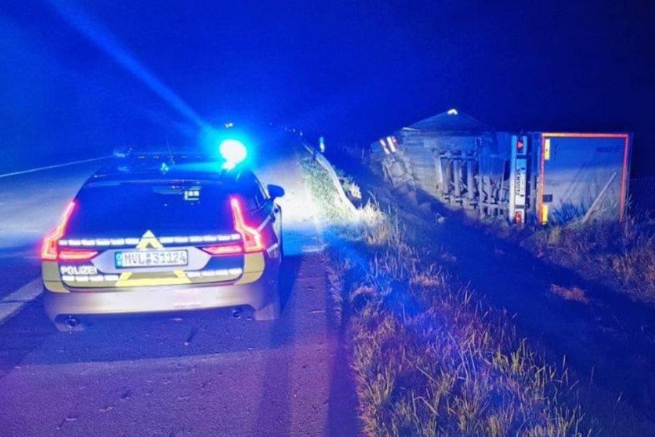 Lkw-Crash auf Autobahn: 21-Jähriger kippt mit Sattelschlepper um