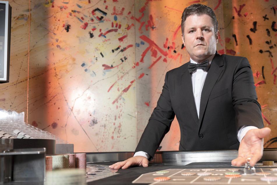Timon Hiller (48) arbeitet in einem Casino und berichtet, wie sein Alltag in dem Casino aussieht.