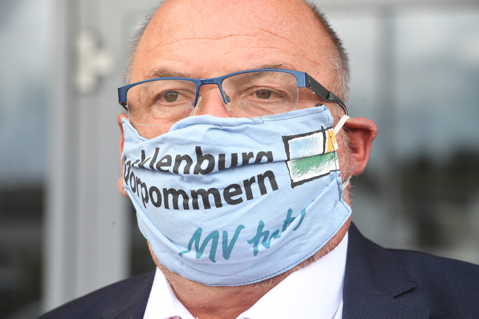 Harry Glawe (CDU), der Wirtschafts- Tourismus- und Gesundheitsminister von Mecklenburg-Vorpommern, steht mit einem Mundschutz auf dem Betriebsgelände der Eisengießerei Torgelow (EGT) GmbH.