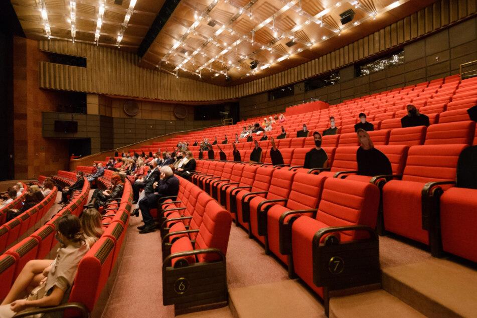 Slowakei, Nitra: Das Andrej-Bagar-Theater belegt seine Sitze mit Pappfiguren, die Mund-Nasen-Schutz tragen. Damit reagiert der Veranstalter auf Corona-bedingte Restriktionen.