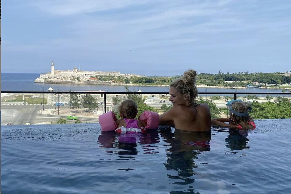Sara Kulka (31) möchte mit ihren Töchtern Matilda (6) und Annabel (4) auch wieder schöne Erinnerungen schaffen - deshalb wird die ihren Urlaub trotz Kritik ihrer Fans nicht absagen!