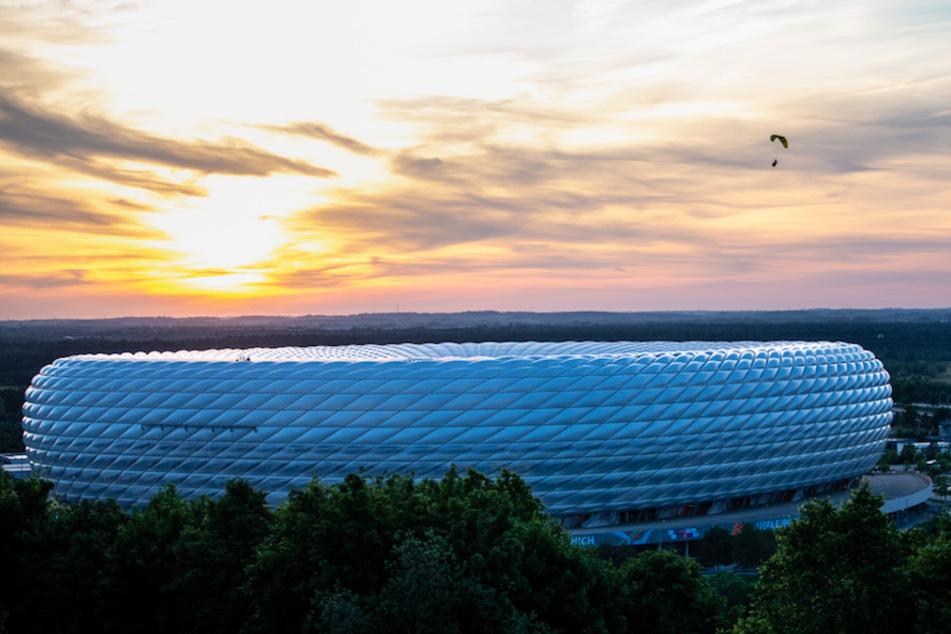 Ein Aktivist von Greenpeace fliegt über dem München Stadion. Die Aktion ging schief und endete mit zwei Verletzten.