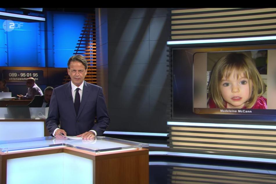 """Ein Standbild aus der ZDF-Sendung """"Aktenzeichen XY... ungelöst"""" vom 01.07.2020 zeigt Moderator Rudi Cerne vor einem Bild des vor 13 Jahren verschwundenen Mädchens Maddie McCann."""