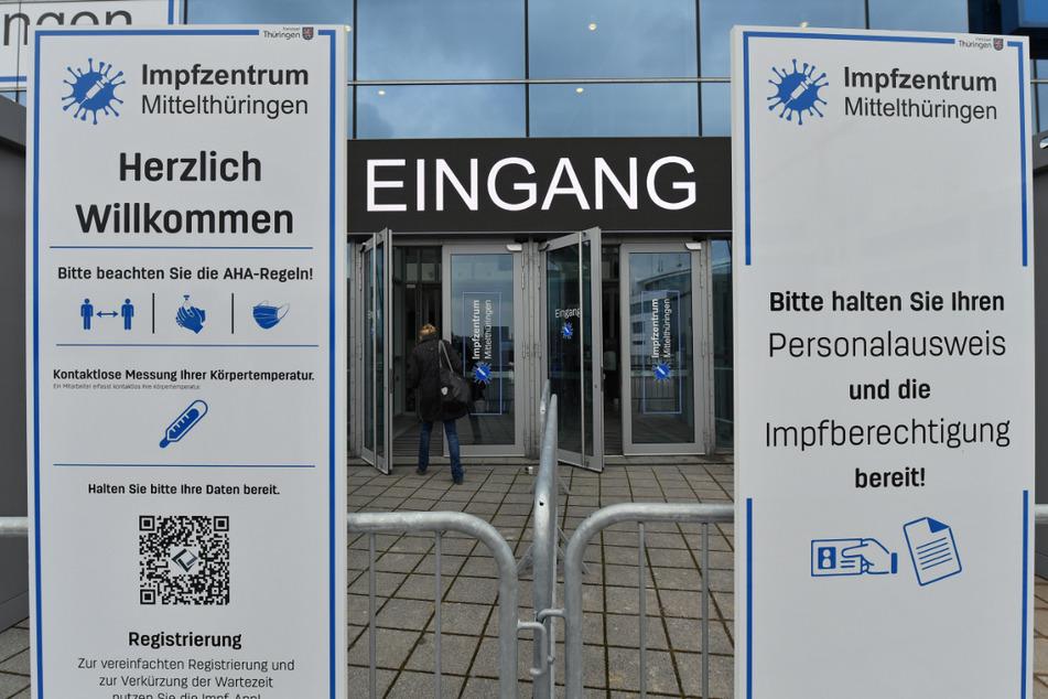 Im Impfzentrum Mittelthüringen in der Messe Erfurt können sich am Wochenende Menschen ohne Termin gegen Corona impfen lassen.