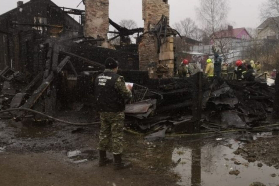 Feuer-Tragödie: Achtköpfige Familie stirbt bei Brand in Holzhaus