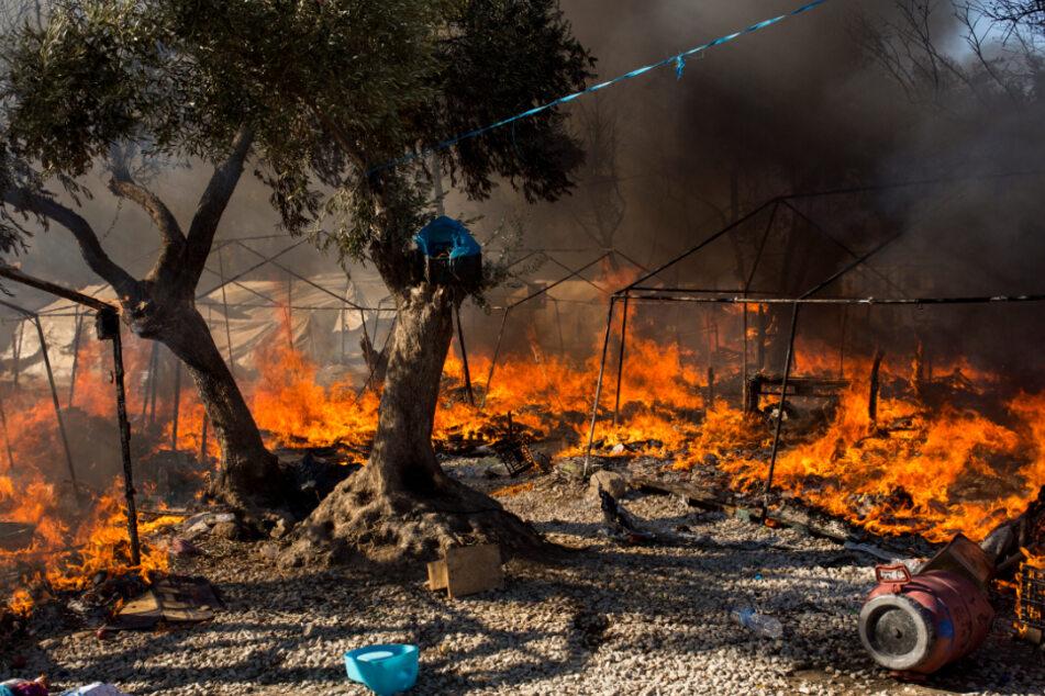 Im bereits ausgebrannten Flüchtlingslager Moria stehen Zelte in Flammen.
