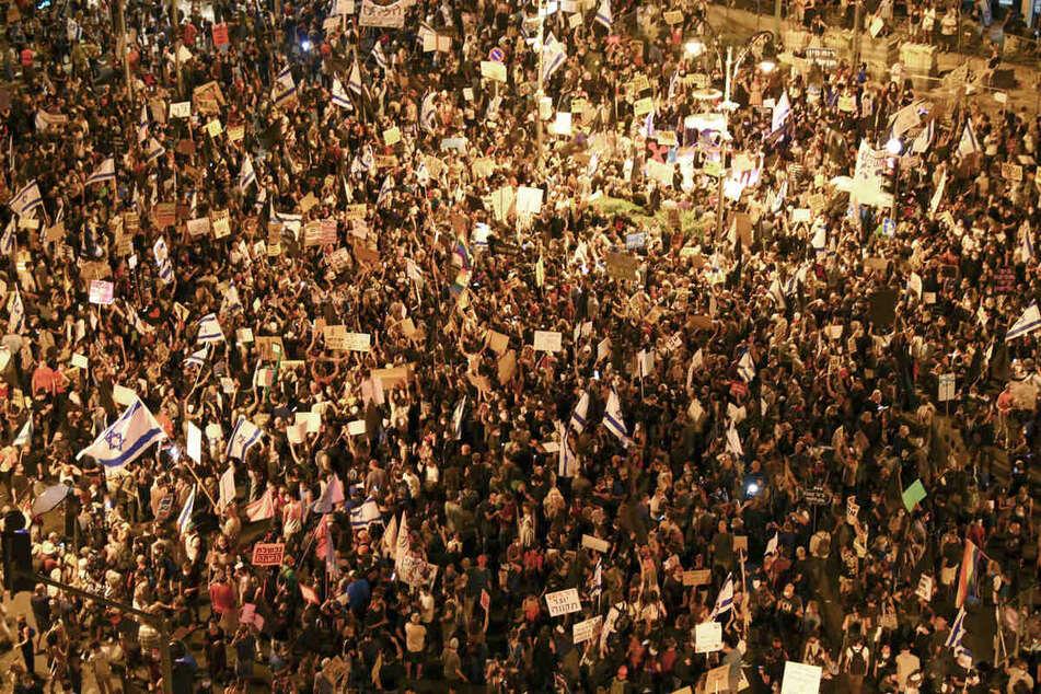 Tausende Demonstranten nehmen an einem Protest gegen den israelischen Ministerpräsidenten Netanjahu (70) nahe seiner Residenz in Jerusalem teil.