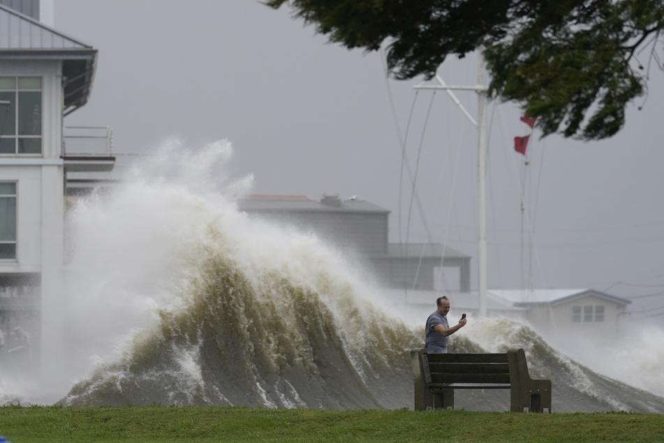 Offenbar nehmen einige den Hurrikan nicht ganz so ernst: Ein Mann macht ein Selfie von sich, während sich hinter ihm eine Welle auftürmt.
