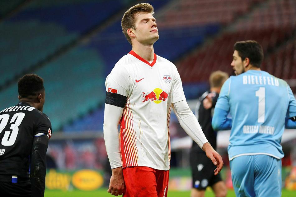 28 de noviembre de 2020: Alexander Sorloth (centro) otorgó una penalización contra el recién ascendido Armenia Bielefeld.