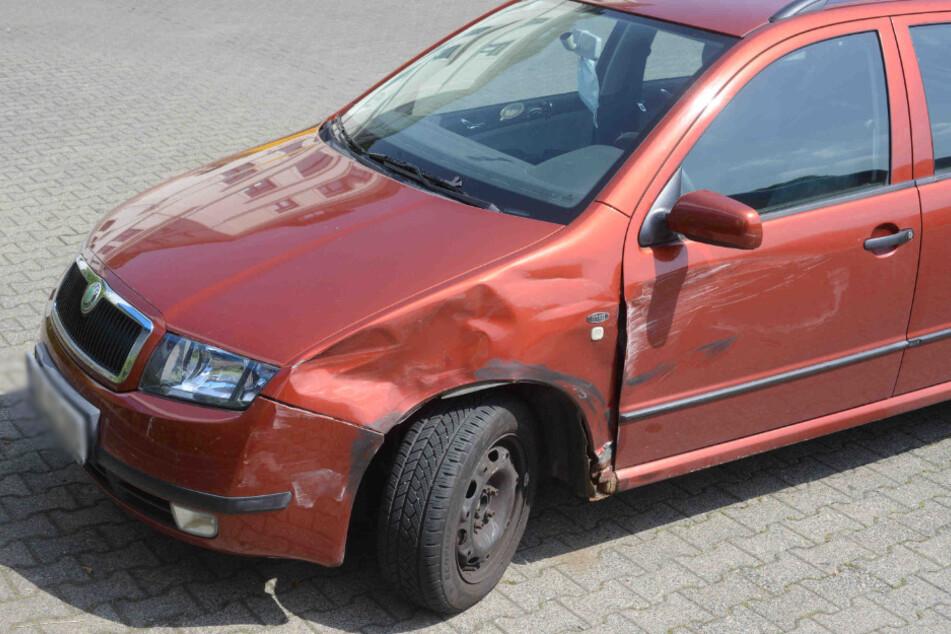 Auch der Skoda wurde durch den Unfall in Mitleidenschaft gezogen.