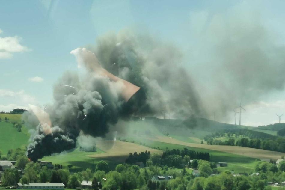 Blick aus einem Auto auf das Feuer bei Freiberg: Die Rauchsäule war weithin sichtbar.
