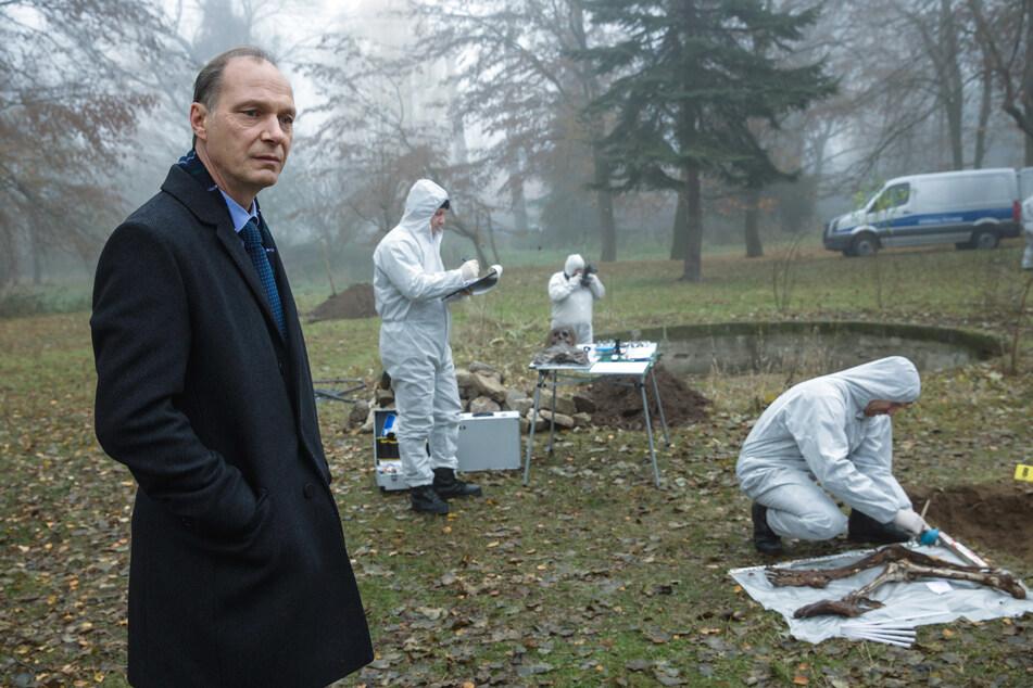 Kommissariatsleiter Peter Michael Schnabel (Martin Brambach, l.) mit Kollegen der Spurensicherung im Garten der Schröders.