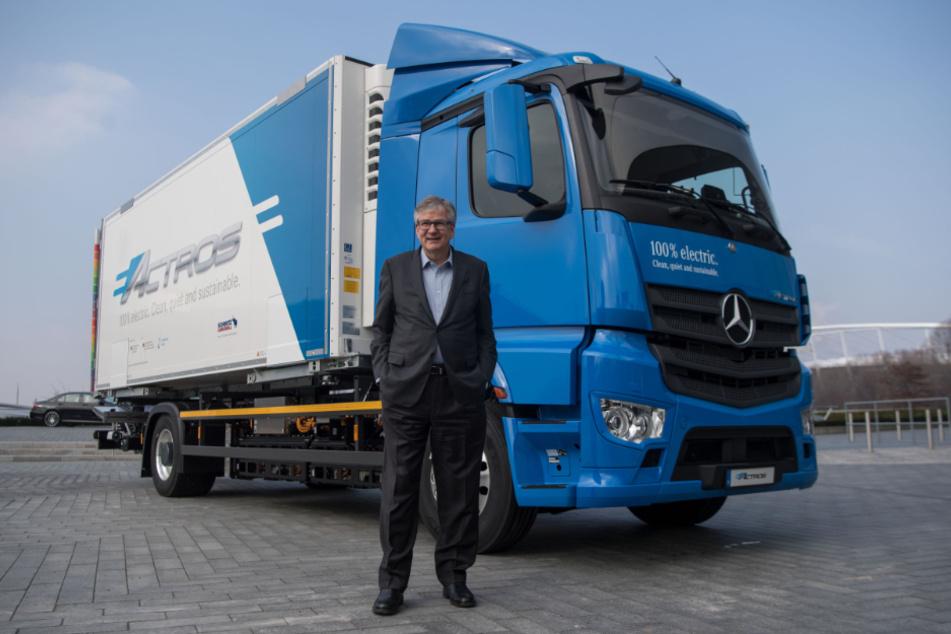 Martin Daum (60), Chef von Daimler Trucks steht vor einem Elektro-Lastwagen eActros von Mercedes-Benz. (Archivbild)