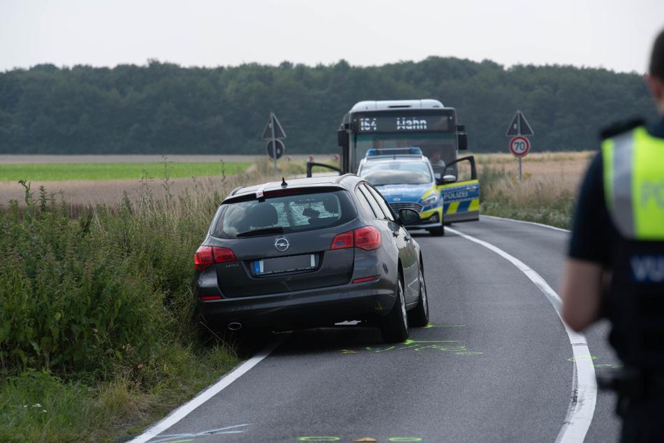 Der Opel Astra hat einen Fahrradfahrer erfasst. Der Mann wurde bei dem Unfall tödlich verletzt.