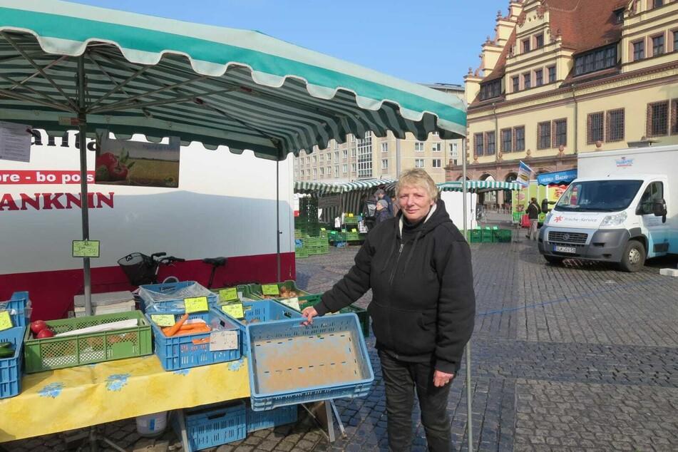 Die Kartoffeln sind schon aus: Gemüsehändlerin Martina Kroh steht auf dem Leipziger Marktplatz.