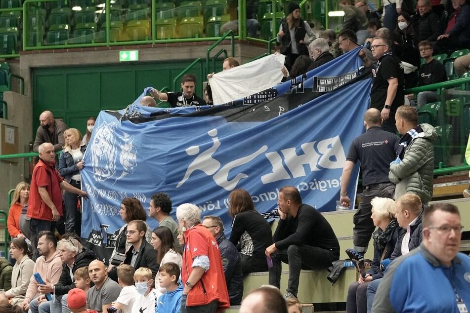 Sorge nach Spielabbruch in der Handball-Bundesliga: Fan auf Tribune notärztlich versorgt!