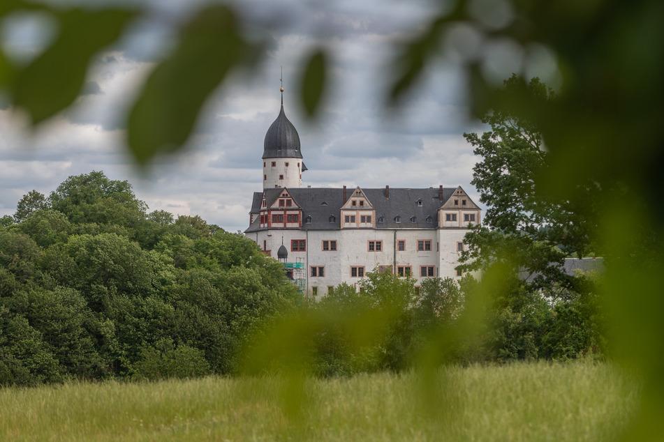Schloss Rochsburg liegt idyllisch oberhalb der Zwickauer Mulde. Das Tal kann gut erwandert werden.