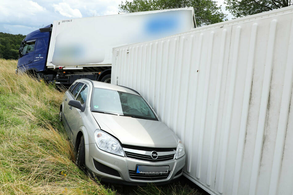 Der Opel wurde vom schleudernden Lastzug erfasst und landete auch im Graben.