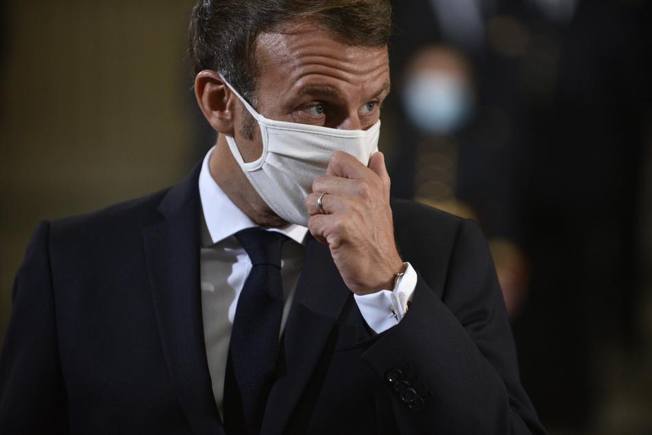 Emmanuel Macron, Präsident von Frankreich, mit Mundschutz. In Frankreich steigt die Zahl der Corona-Infizierten weiter und hat einen neuen Rekordwert erreicht.