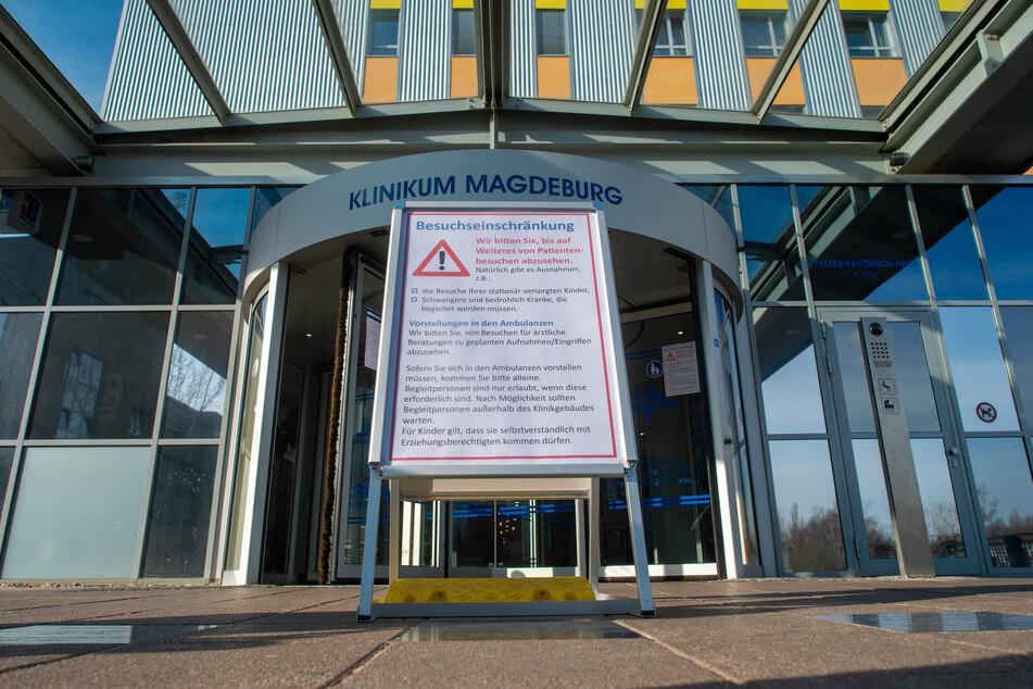 """Ein Schild steht vor dem Haupteingang des Klinikums Magdeburg auf dem die Überschrift """"Besuchseinschränkung"""" zu lesen ist. (Archivbild)"""