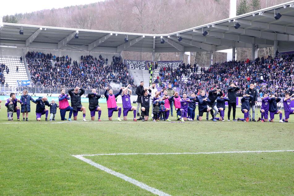 Lange werden die Spieler nicht mehr mit ihren Fans im Stadion feiern können. Aber die Fans werden ihre Idole für diese Geste feiern. Die Profis verzichten im April auf ihr Gehalt - freiwillig!