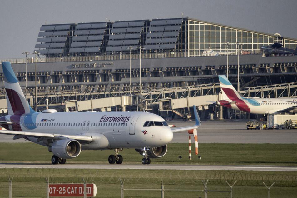 Eurowings-Flugzeuge stehen vor Terminal 1 des Flughafen Stuttgart.