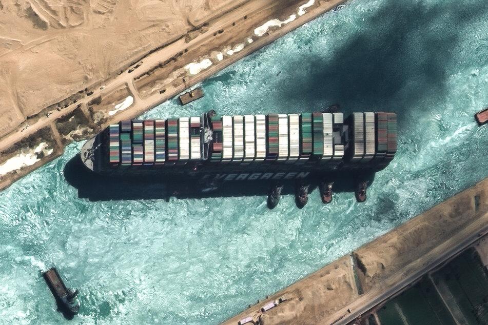 """Das auf Grund gelaufene Containerschiff """"Ever Given"""" blockierte den Suezkanal. Inzwischen ist der Schifffahrtskanal wieder frei."""