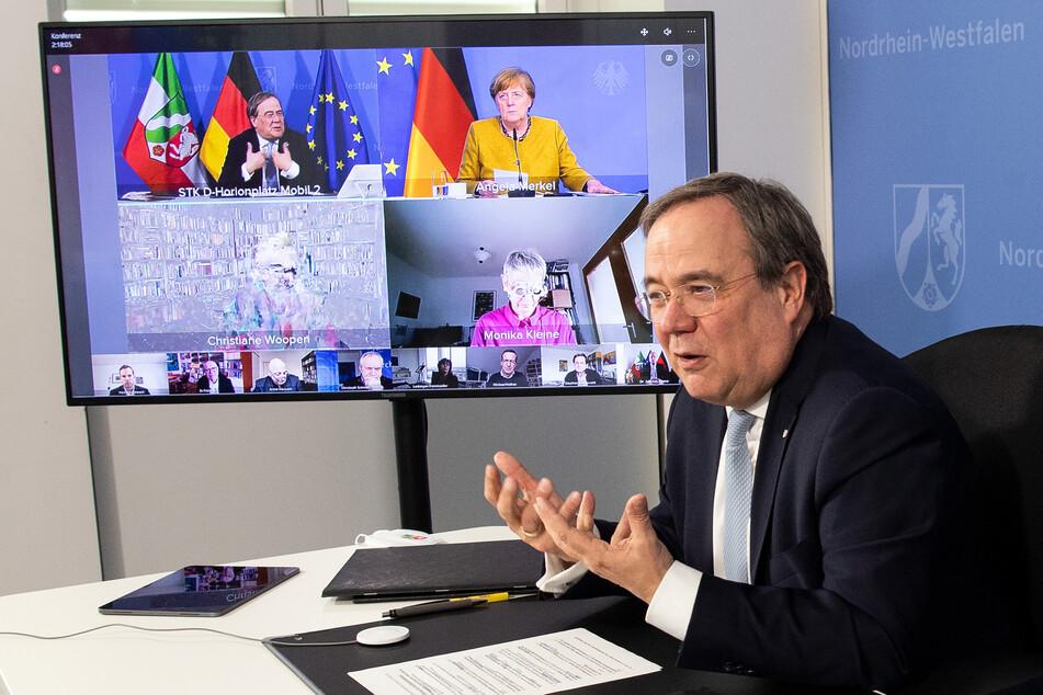 Armin Laschet (60, CDU) in der Sitzung des Corona-Expertenrates von NRW. Auch Bundeskanzlerin Merkel (66, CDU) nahm an der Runde teil.