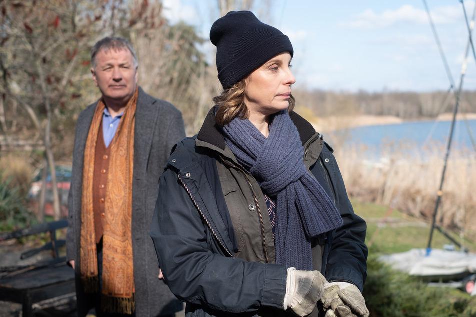 Folge 900: Roland (Thomas Rühmann, 65) und Katja (Julia Jäger, 50) haben Zoff. Der Grund: Katjas Tochter Emma hat mit Nils geschlafen, dem Freund von Rolands Tochter Lisa.