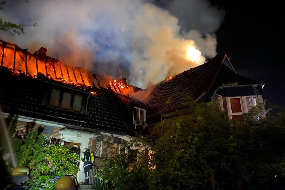 Flammen schlagen aus Dachstuhl: 54 Feuerwehrleute im Einsatz