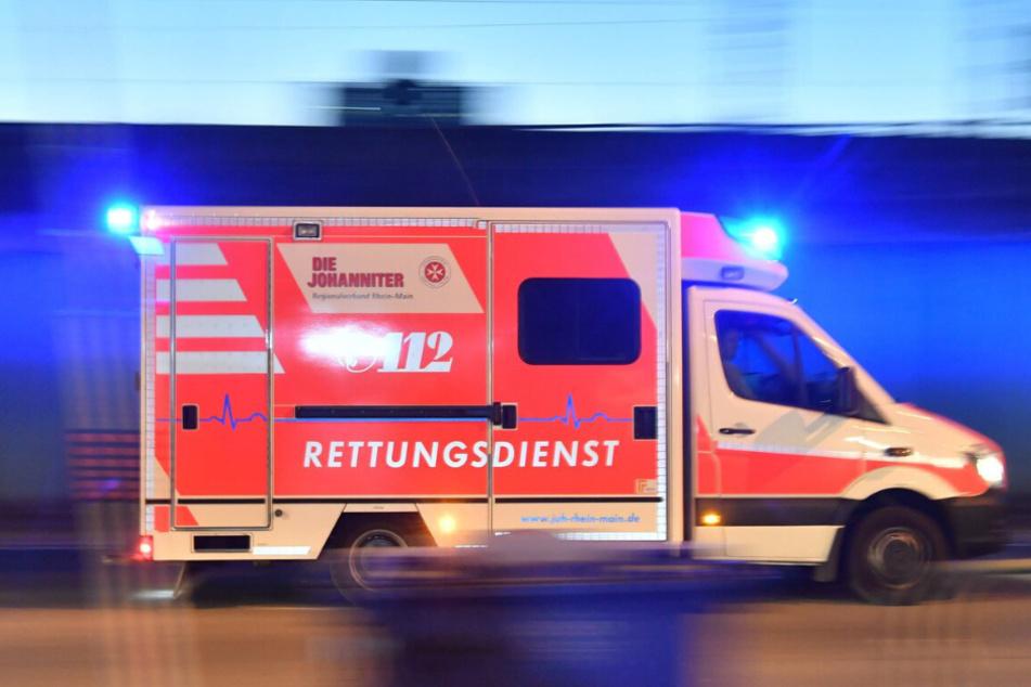 Der schwer verletzte 75-jährige Radler musste in ein Krankenhaus gebracht werden. (Symbolbild)