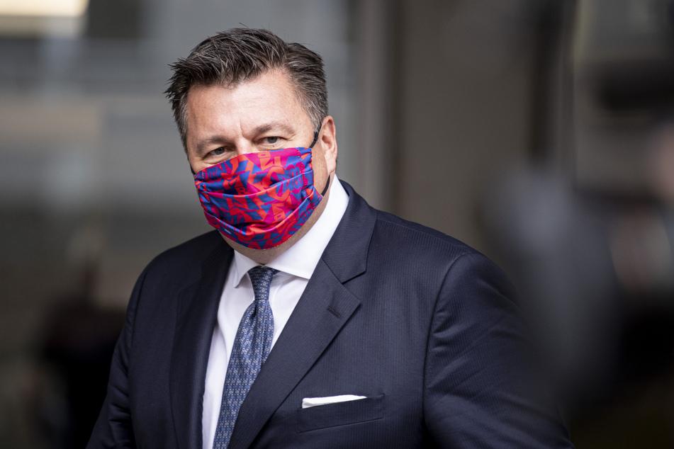 Andreas Geisel (SPD), Senator für Inneres und Sport in Berlin, kommt mit Mundschutz zu einer Pressekonferenz zur Demonstration und Kundgebung gegen die staatlichen Corona-Auflagen in der Hauptstadt.