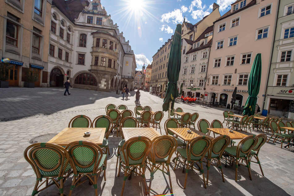 Leer sind die Tische eines Cafes vor dem Hofbräuhaus (l, hinten) in München.