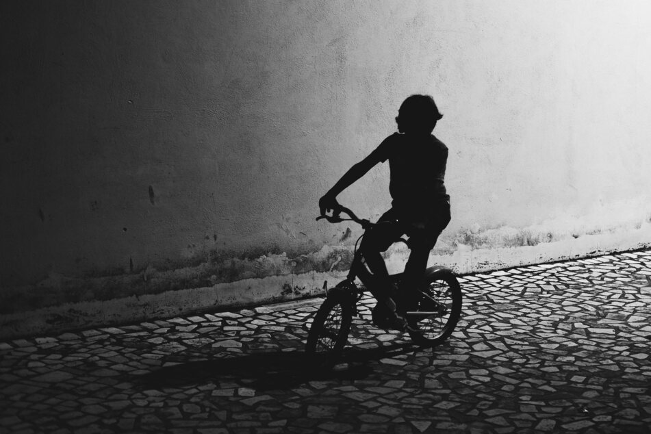 Beim Absteigen von ihrem Kinderfahrrad wurde ein neunjähriges Mädchen von mehreren Radlern angefahren. (Symbolbild)