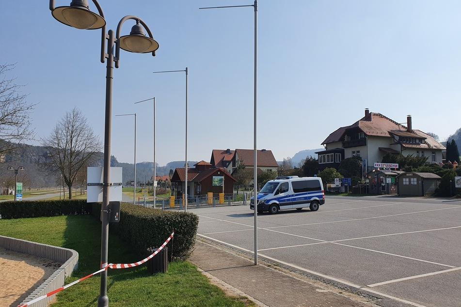 Ein gesperrter Parkplatz im Kurort Rathen.