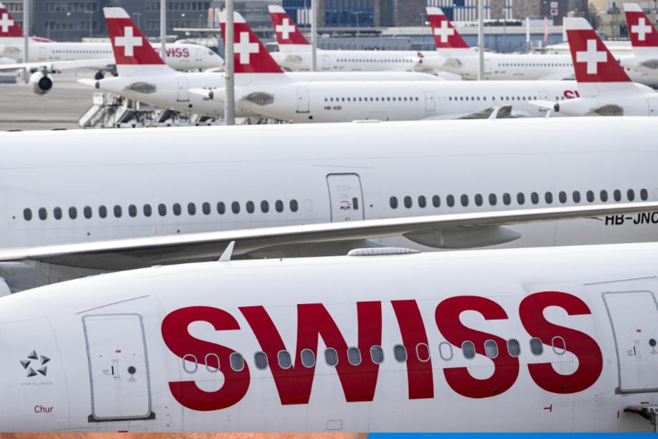 """Flugzeuge der Fluggesellschaft """"Swiss"""" stehen am Flughafen Zürich."""