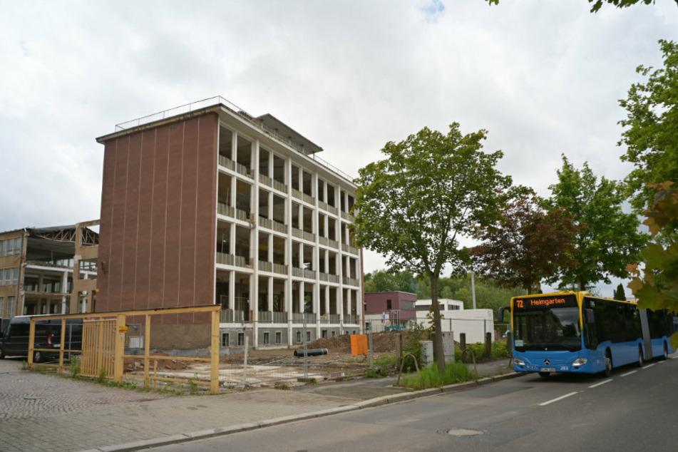 Von der Waldenburger Straße aus ist die charakteristische Außenansicht des VEB Gerätewerks noch gut zu erkennen.