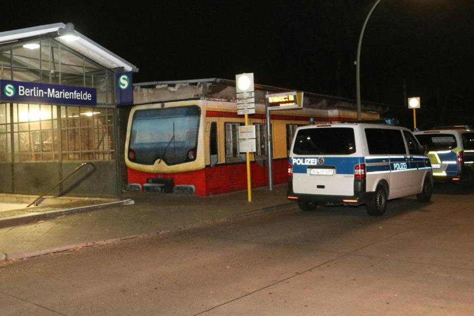 In der Nähe des S-Bahnhofs Berlin-Marienfelde wurde in der Nacht zu Samstag eine unbekannte Leiche entdeckt.