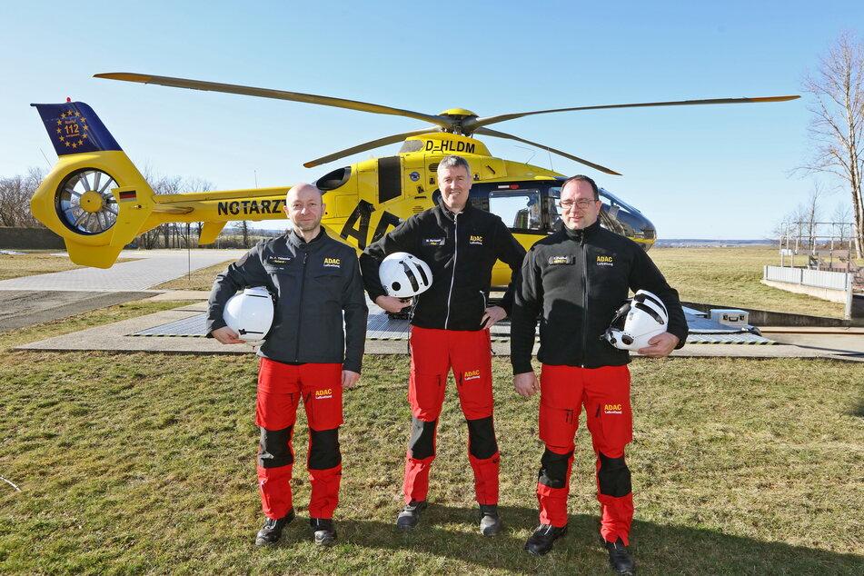 """Das ist ein Rettungshubschrauber-Team (v.l.): Notarzt Dr. Frank Thümmler (47), Pilot Mario Hartmann (53) und Notfallsanitäter Frank Peschel (49) vom """"Christoph 46"""" aus Zwickau."""