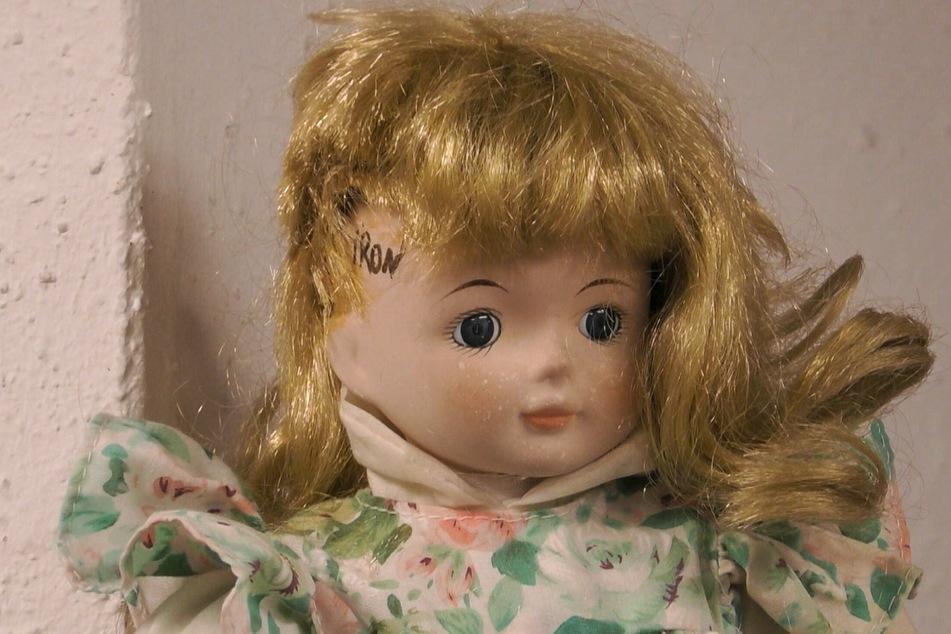 Aus Wut auf Caro gestalten Lisha und Lou eine Puppe, die Ähnlichkeit mit der Auswanderin haben soll.