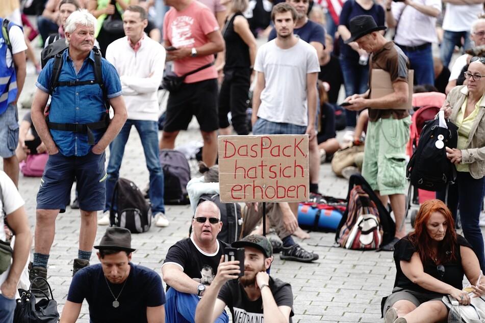 Teilnehmer demonstrieren gegen die Corona-Maßnahmen der Bundesregierung vor dem Brandenburger Tor.