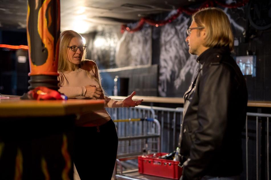An der verlassenen Bar kochen die Emotionen hoch - im Gespräch mit dem Reporter erzählt Club-Chefin Katrin, weshalb sie den erneuten Lockdown für unverhältnismäßig hält.
