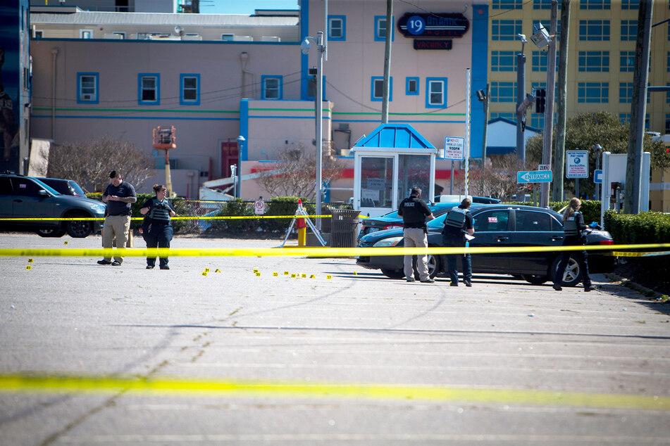 Polizisten arbeiten am Tatort einer Schießerei in Virginia Beach.
