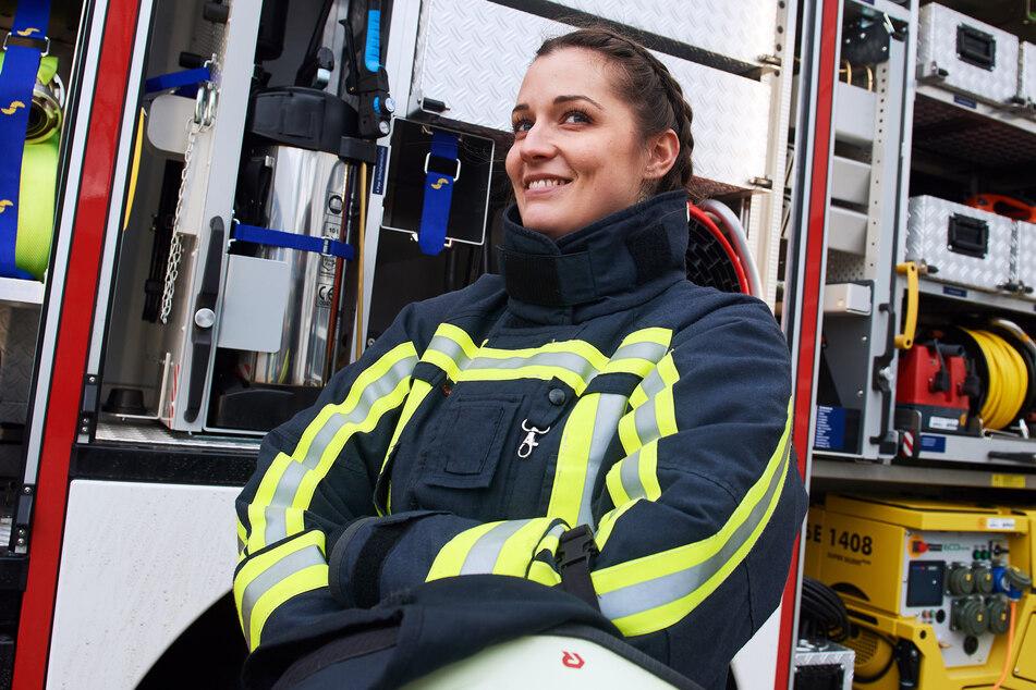 Bochum: Feuerwehrfrau Jasmin steht vor einem Feuerwehrfahrzeug. Bei der Berufsfeuerwehr in Deutschland sind Frauen die Ausnahme.