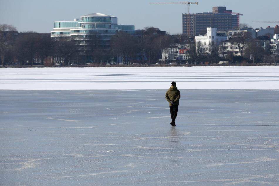 Das kommende Tauwetter wird wohl auch das Eis der Außenalster tauen lassen, bevor sie legal betreten werden dürfte.