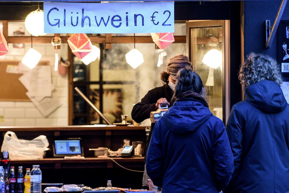 Ein Restaurant bietet Glühwein To Go an.
