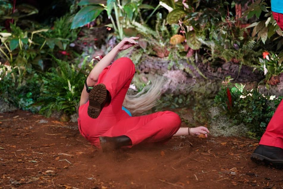 """Geschockt! Dschungelprüfung """"ABC Schock"""". Die Stromschläge, die Lydia Kelovitz (30) als Strafe für die Fehler anderer ausbaden muss, lassen sie zu Boden gehen."""