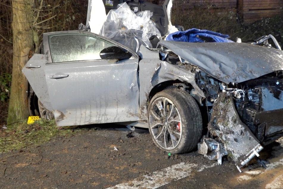 Tödlicher Unfall: Sportwagen überholt Auto-Kolonne und prallt gegen Baum