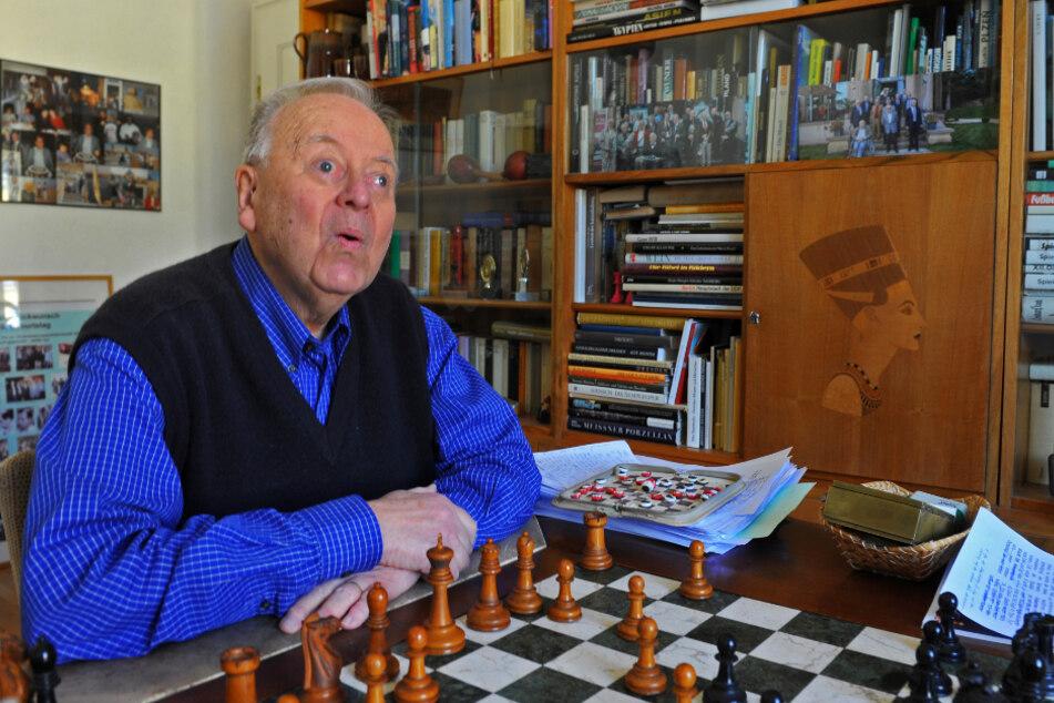 In seiner Wohnung sitzt Wolfgang Uhlmann (85) an einem Schachtisch, den er von Fidel Castro geschenkt bekam.