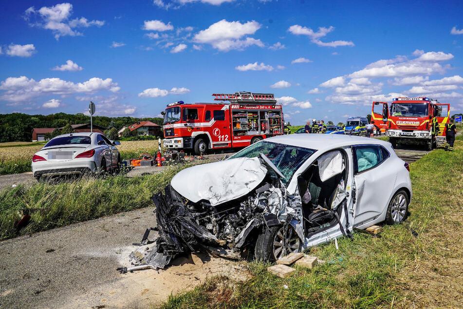 Die Unfallstelle am Donnerstagnachmittag. Vorne der Renault der 72-Jährigen, hinten der Benz des Teenagers.